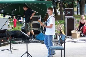 młody chłopak i gitara