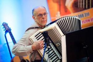 akordeon i starszy mężczyzna