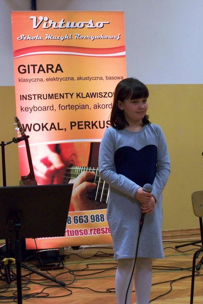 dziewczynka trzymająca mikrofon