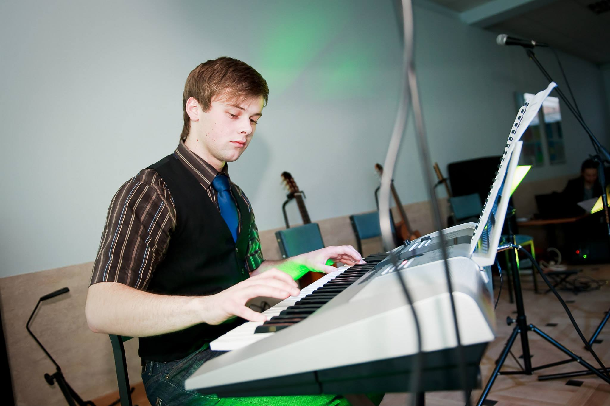 chłopak, keyboard, koncert
