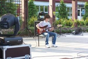 chłopak gra na gitarze zdjęcie numer 2