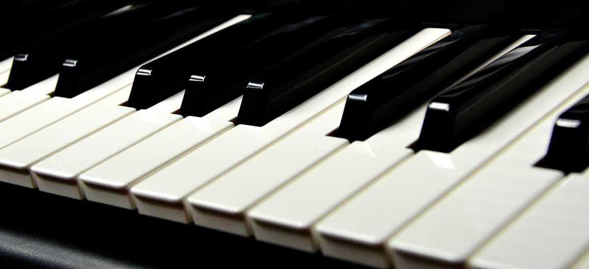 czarno-biale-lekcje-gry-na-keyboardzie