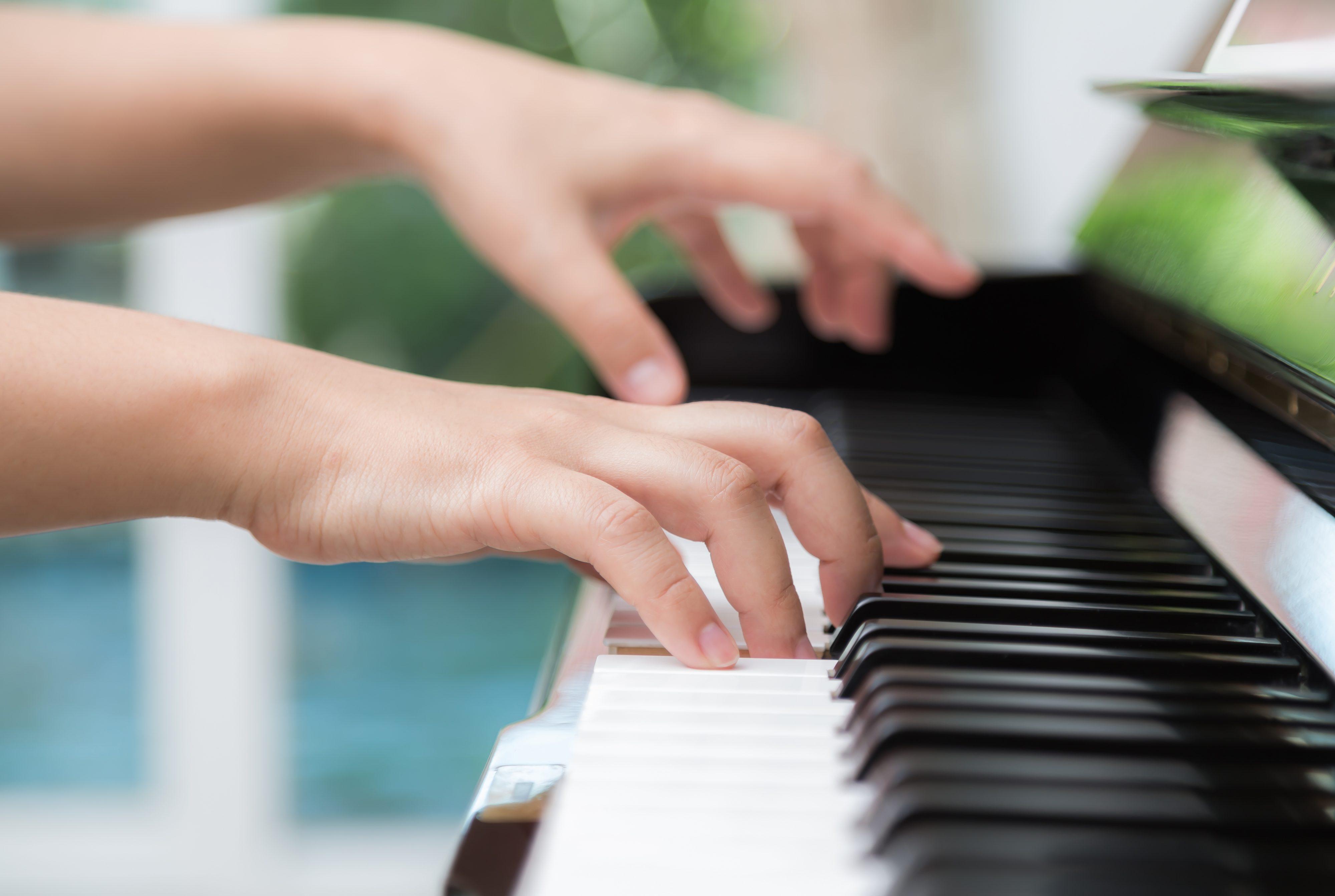 ręce które grają utwór na pianinie