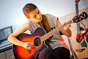 nauka dziewczyny gry na gitarze