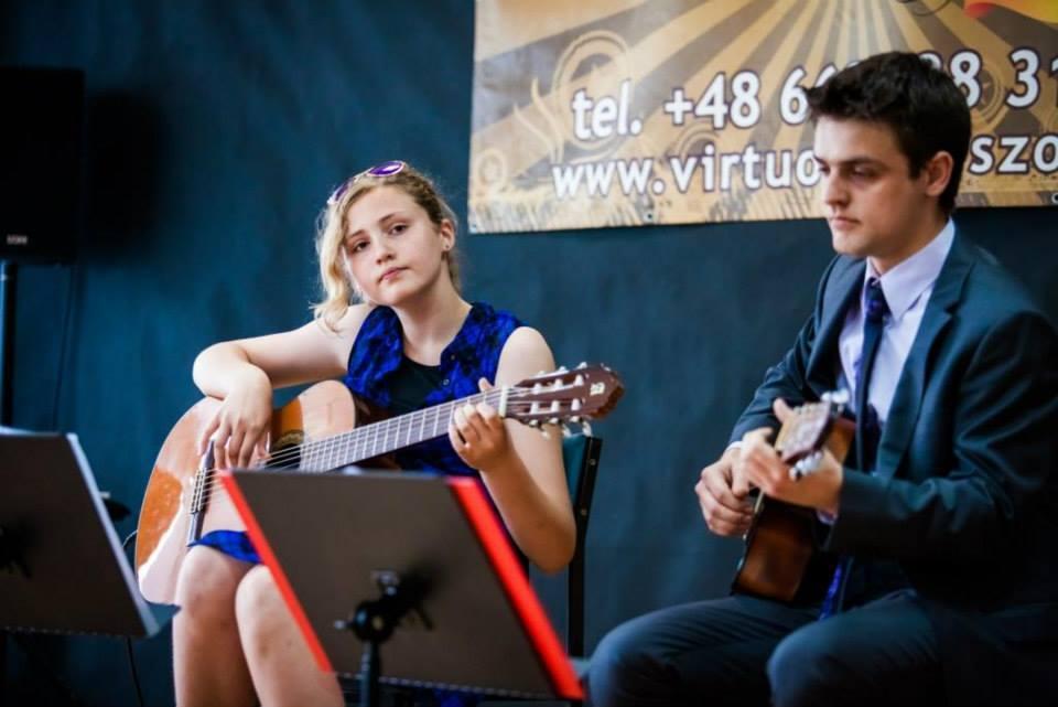 Dziewczyna i chłopiec, gra na gitarze.