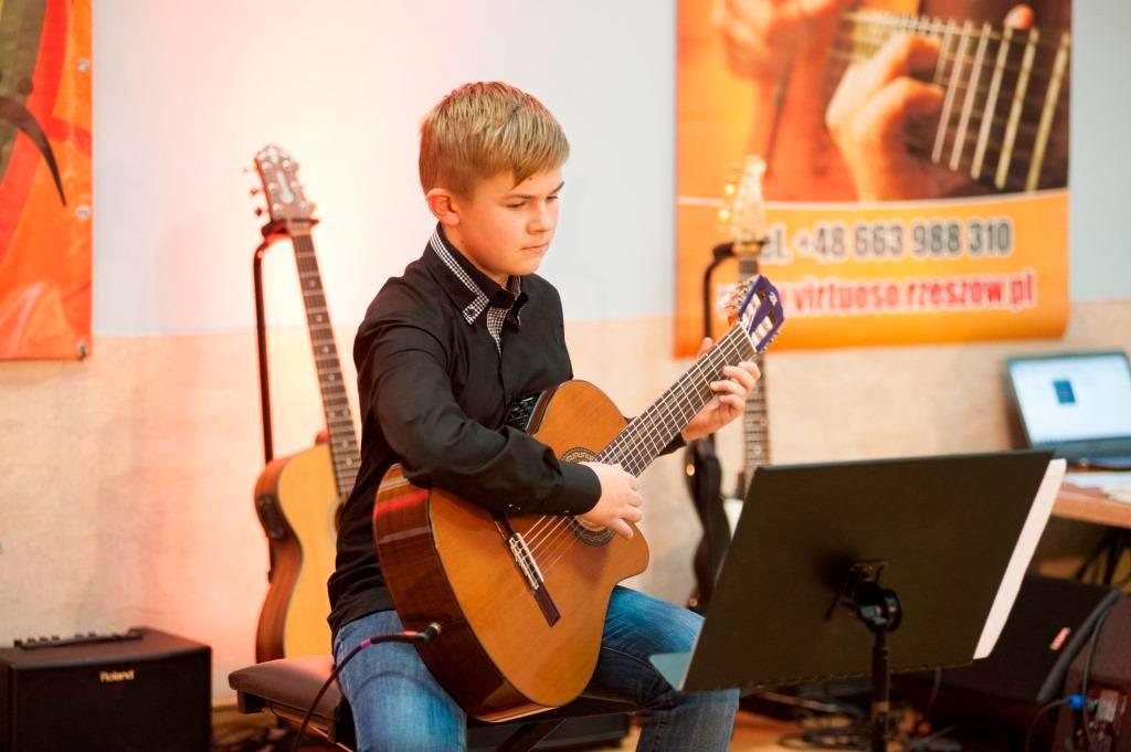 chłopak gra na gitarze zdjęcie numer 4