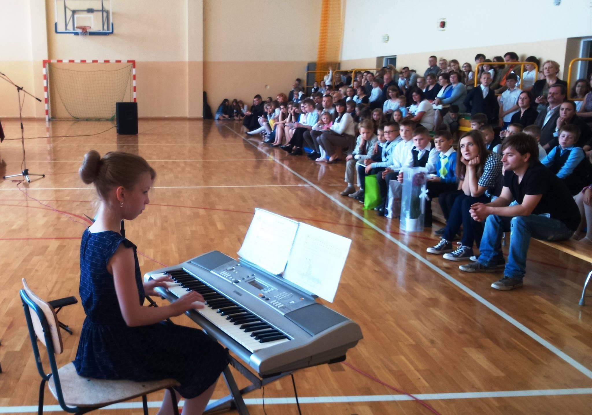 dziewczynka gra na keyboardzie