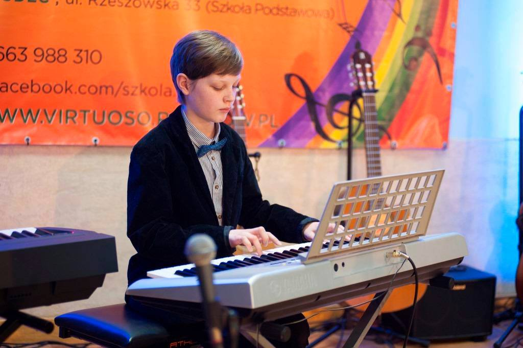 chłopak gra na keyboardzie
