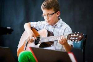 Dziecko i gitara/