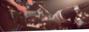 zdjęcie mikrofonu rozmazanego na tle koncertu