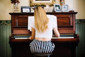 pianino i kobieta
