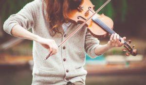 dziewczyna w szarym swetrze, gra na skrzypcach