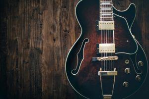 gitara elektryczna na tle starego drewna