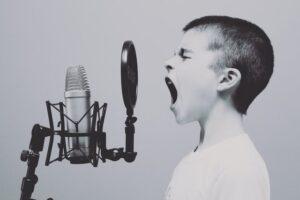chłopiec w trakcie nauki wokalu