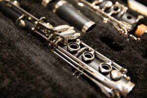 klarnet połozony w walizce