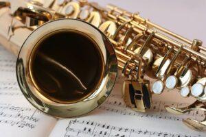 saksofon leży na zeszycie z nutami